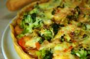 Τάρτα λαχανικών (πατάτες, μπρόκολο, καρότο) με γαρίδες, επικαλυμμένα με αραιή μπεσαμέλ, γραβιέρα Κρήτης και γλυκιά πάπρικα