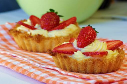 Ανάλογα το μέγεθος στα ταρτάκια, προσθέτουμε περισσότερες φράουλες για να καλύψουν την επιφάνεια και να δώσουν περισσότερη γεύση.