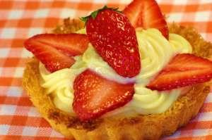 Γλυκιά τάρτα με βάση τραγανό κανταΐφι, γέμιση κρέμα ζαχαροπλαστικής και φρέσκιες φράουλες εποχής.