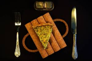 Σπιτική συνταγή τάρτας με κολοκυθάκια, φέτα και ανθότυρο.