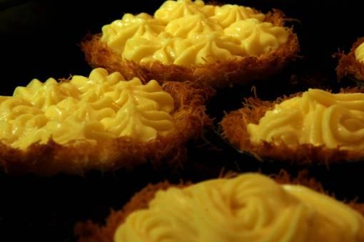 Γέμιση της βάσης με κρέμα ζαχαροπλαστικής, χρησιμοποιώντας «κορνέ» ζαχαροπλαστικής.