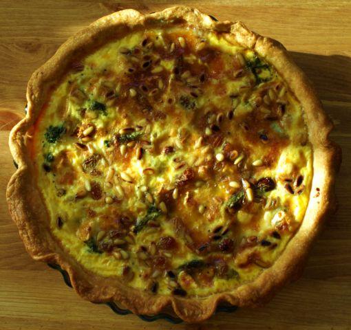 Τάρτα με σέσκουλα, κατσικίσιο τυρί, σταφίδα και κουκουνάρι