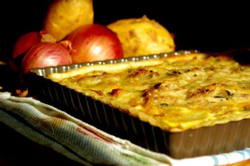 Μία εύκολη συνταγή τάρτας, με πατάτες και καραμελώμενα κρεμμύδια.