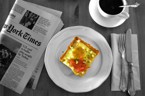 Τάρτα με σπαράγγια, κατσικίσιο τυρί, αυγό και προσούτο.